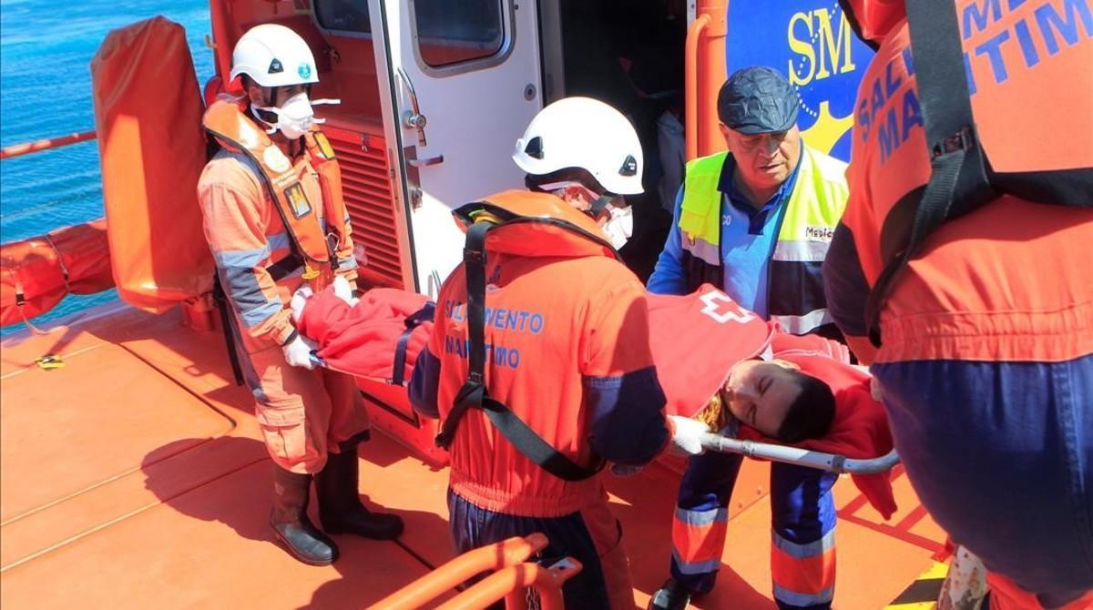 Miembros de Salvamento Marítimo atienden a una de las personas rescatadas en el Estrecho.