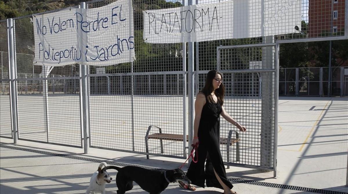 Pancartas en la pista polideportiva en peligro en la plaza de la Pedrera de Can Baró.