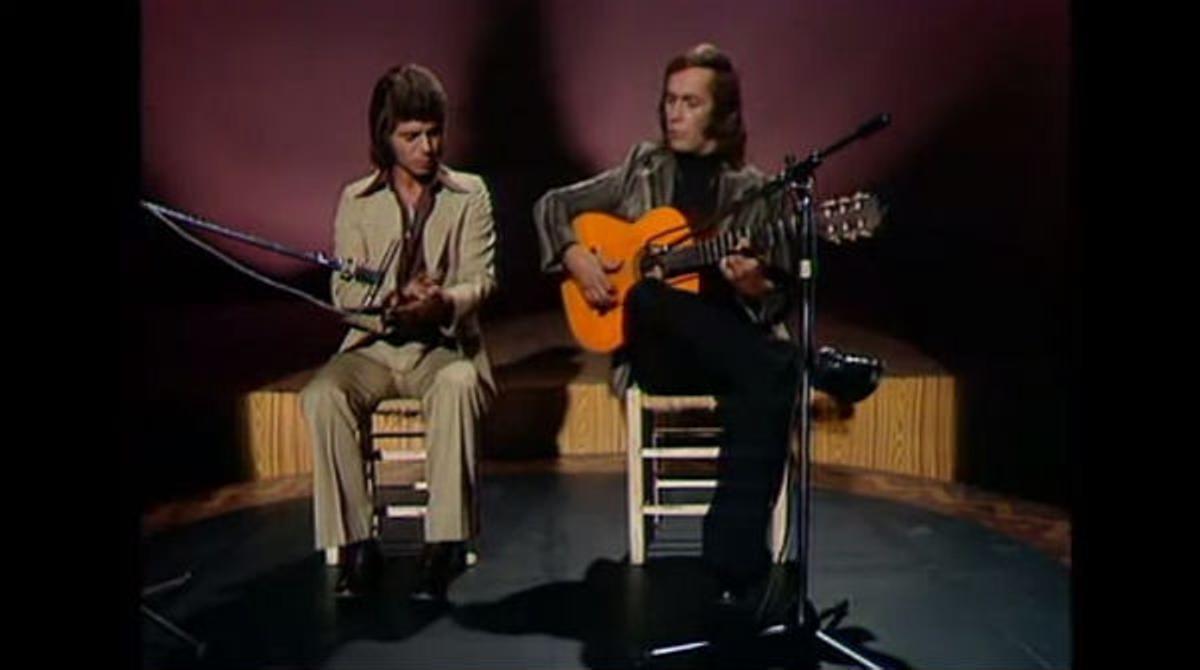 El guitarrista y el cantaor, por bulerías, en una actuación de los años 70 con Camarón de la Isla.