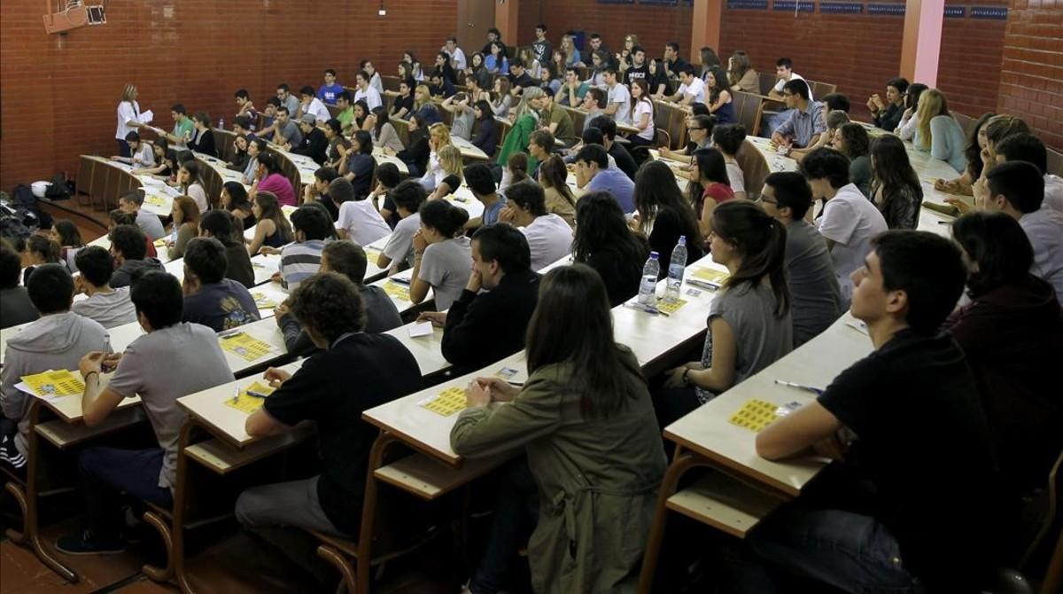 Estudiantesen unaulade la facultad de Biologia de la Universitat de Barcelona (UB), en unajornada de las pruebas de selectividad.