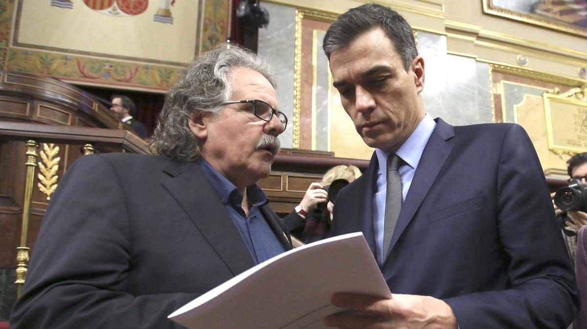 Joan Tardà regala un libro a Pedro Sánchez en diciembre de 2018.