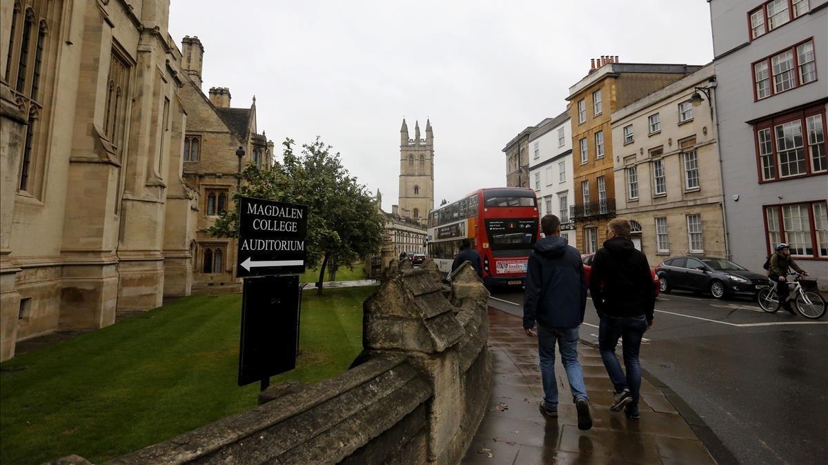 Paseantes en los alrededores de la Universidad de Oxford, donde suceden varios episodios de 'Berta Isla'.