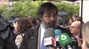 El juez Ricardo González, que emitió un polémico voto particular en la sentencia de 'La Manada' pidiendo su absolución, se ha dejado ver hoy primera vez en una protesta de jueces a las puertas de la Audiencia Provincial de Navarra en defensa de una justicia 'independiente y de calidad'.