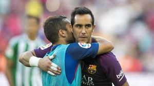 Alba se despide de Bravo en el Camp Nou tras el partido con el Betis.