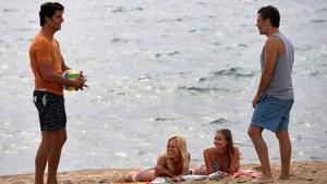 Joel Joan y Julio Manrique, en el rodaje de la segunda temporada de 'El crac' en la playa de la Nova Mar Bella.