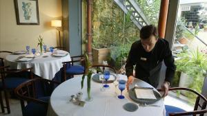 Un camarero en un restaurante.