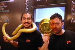 Paco Benítez y Pedro Baño, con un plato de Duralex, entre las pizarras de la Fonda Pepa, en Gràcia.