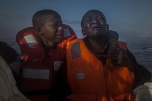 'Abandonado', del fotógrafo español Santi Palacios, muestra a dos niños nigerianos refugiados, cuya madre murió en Libia, rescatados en el Mediterráneo en el 2016.