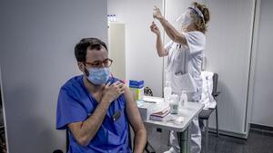 Una vez preparadas, las vacunas de covid se han de emplear o tirar