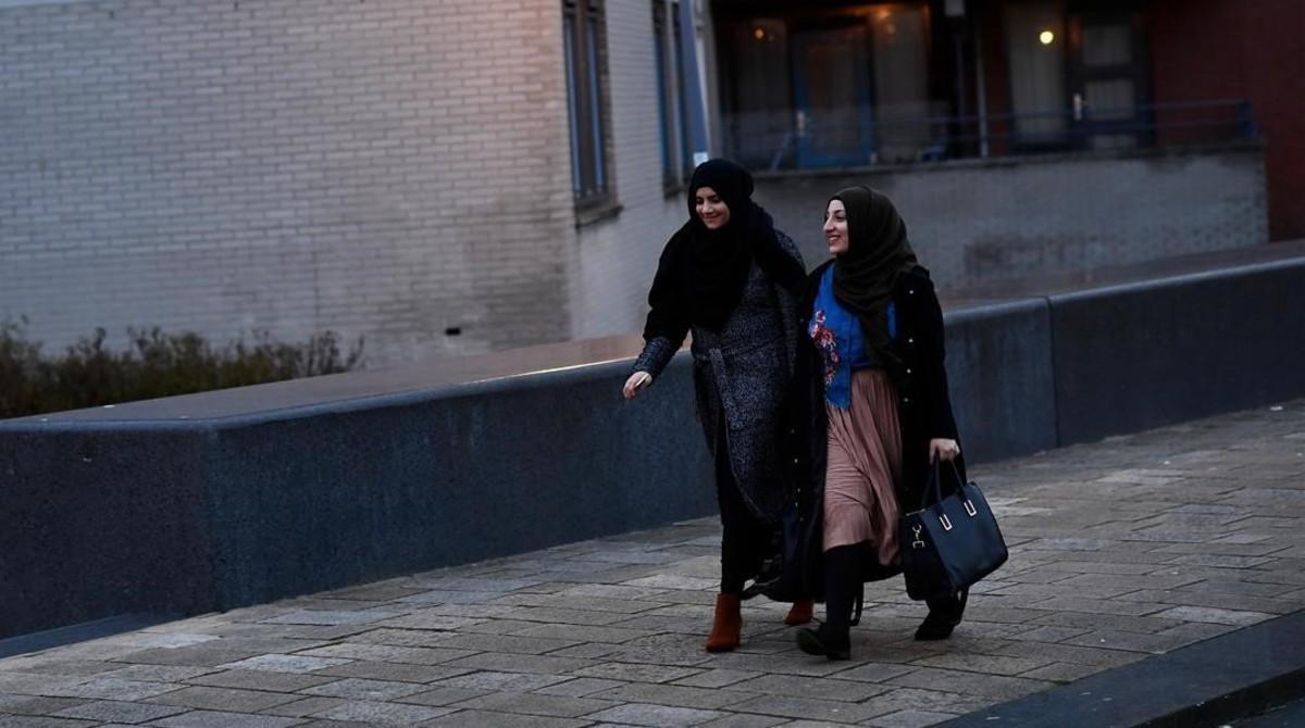 Mujeres musulmanas cerca de una mezquita de Rotterdam.