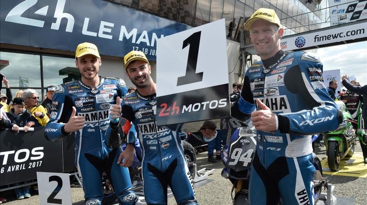 David Checa (derecha) celebra el triunfo en las 24 horas de Le Mans junto a sus compañeros de Yamaha, Niccolo Canepa (izquierda) y Mike di Meglio.