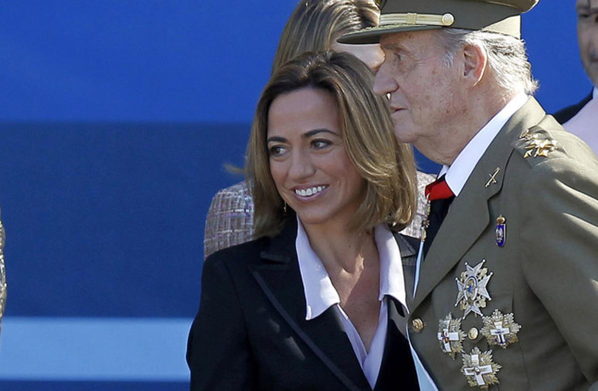 Carme Chacón, entonces ministra de Defensa, junto al Rey, durante el desfile de las fuerzas armadas, en octubre del 2011.