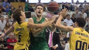 El verdinegro Lopez-Arostegui disputa un balón con Richotti y San Miguel