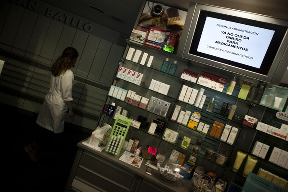 Una pantalla de una farmacia de Barcelona informa de que no tienen dinero para comprar medicamentos por culpa de los impagos de la Generalitat.