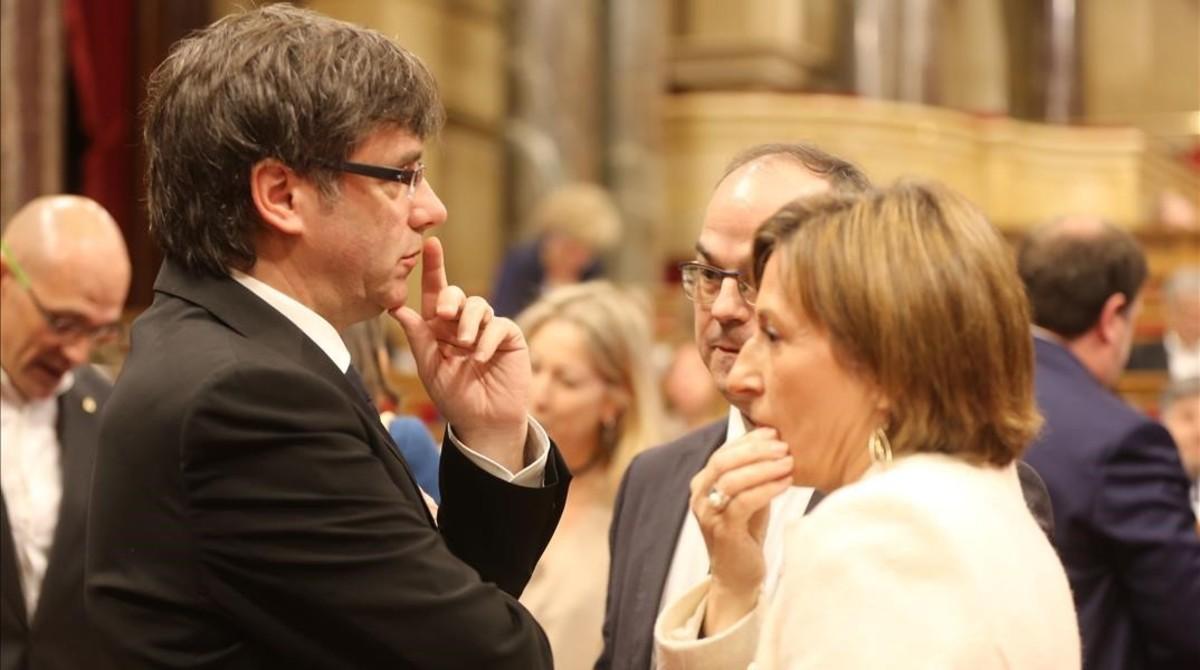 El 'president' Carles Puigdemont junto a la presidenta del Parlament, Carme Forcadell.