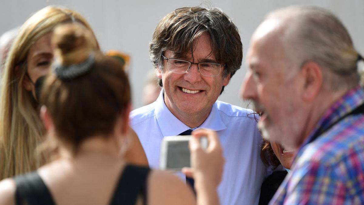 Carles Puigdemont sonríe mientras posa para fotografías para una convención en Alghero, en la isla de Cerdeña.