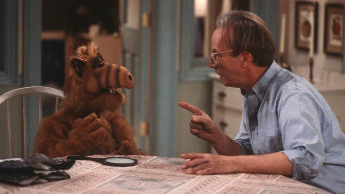 Max Wright, junto al personaje de Alf.