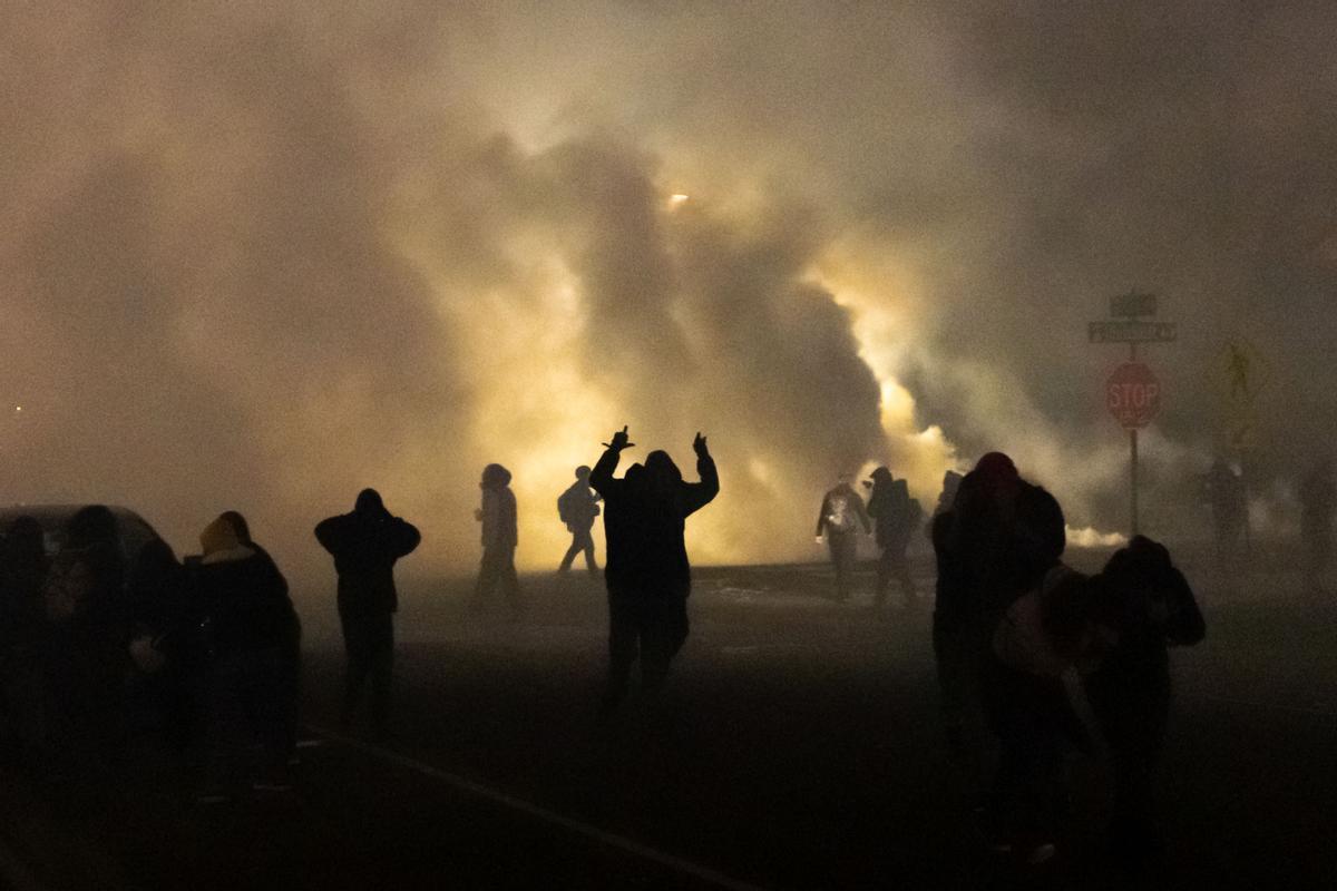 Disturbios en Minneapolis después que un policía matara un hombre