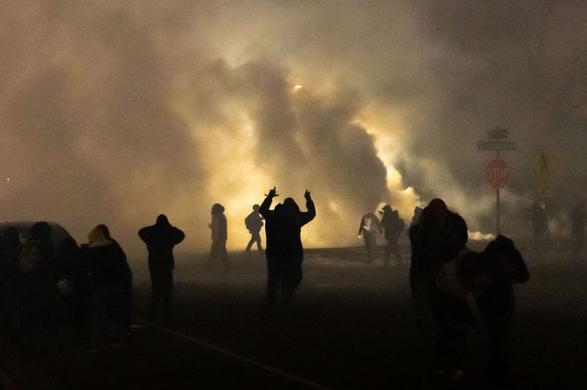 Las protestas y altercados contra la violencia policial se extienden por EEUU