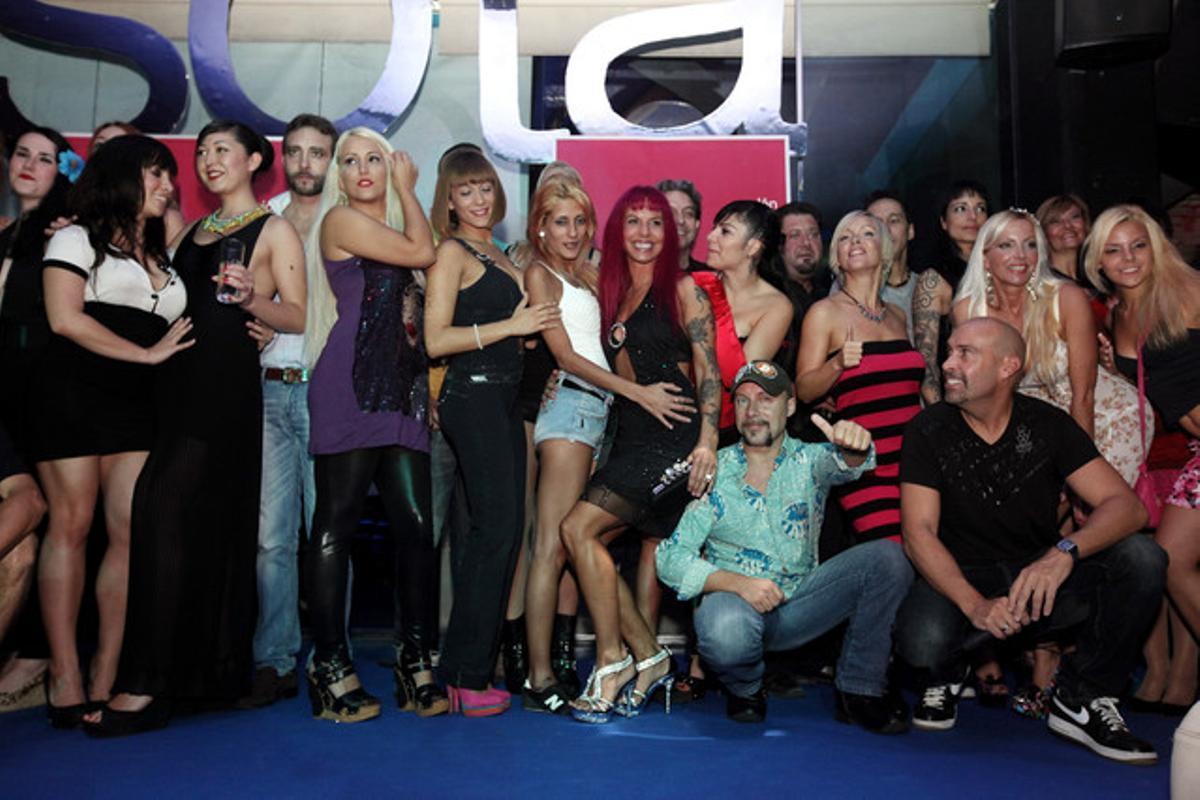 Foto de familia del acto de presentación del Saló Eròtic de Barcelona Klic-Klic, que se celebra en Cornellà.
