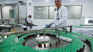 Un tècnic de Sanofi-Pasteur treballa en la fabricació de la vacuna de la grip A, l'octubre passat.