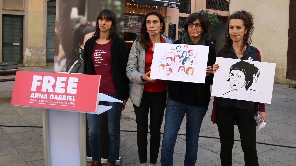 Las periodistas Natza Farré, Gemma Garcia y Txell Bonet, pareja de Jordi Cuixarty Gemma Codinaportavozde'Free Anna Gabriel'en la presentación de la campaña.