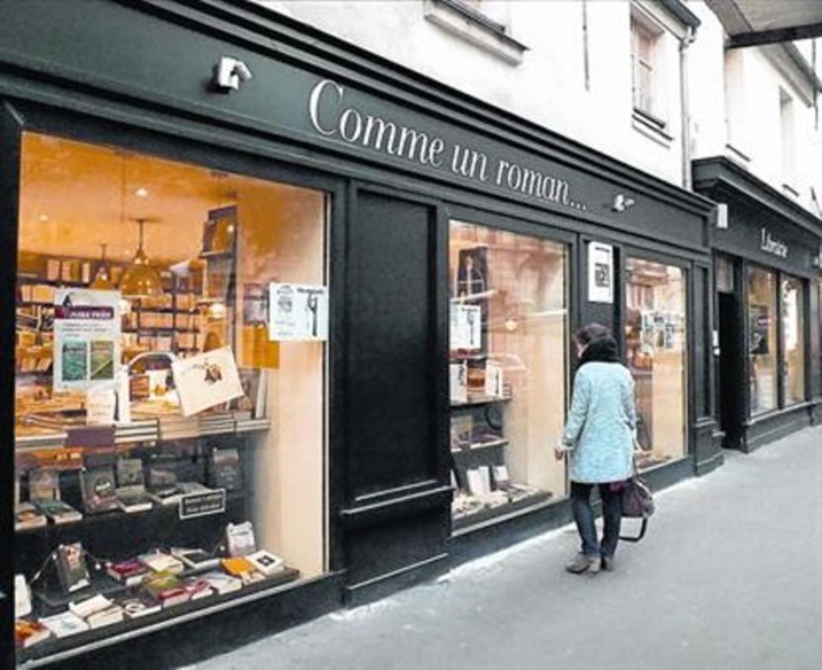 UNA LIBRERÍA EN UN LOCAL PÚBLICO Fundada en pleno Marais, la librería Comme un roman semudó más al norte, al lograr el alquiler de un local de 200 metros cuadrados de propiedad municipal.