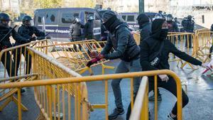 Carga policial contra manifestantes que protestan por un acto convocado por SCCen Girona.