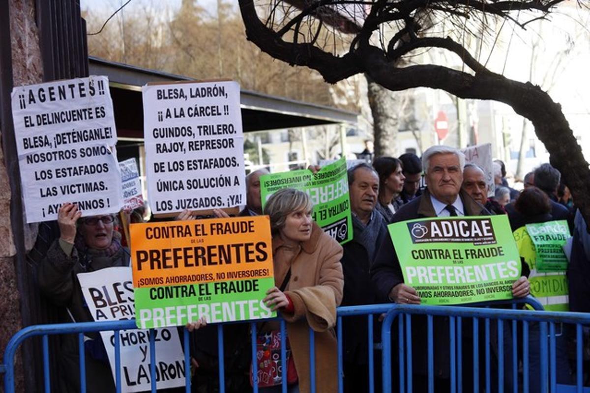 Protesta de afectados por las preferentes frente a la Audiencia Nacional, el pasado 3 de marzo, cuando salía de declarar el expresidente de Caja Madrid Miguel Blesa.