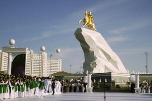 La recién inaugurada estatua bañada en oro del presidente de Turkmenistán.