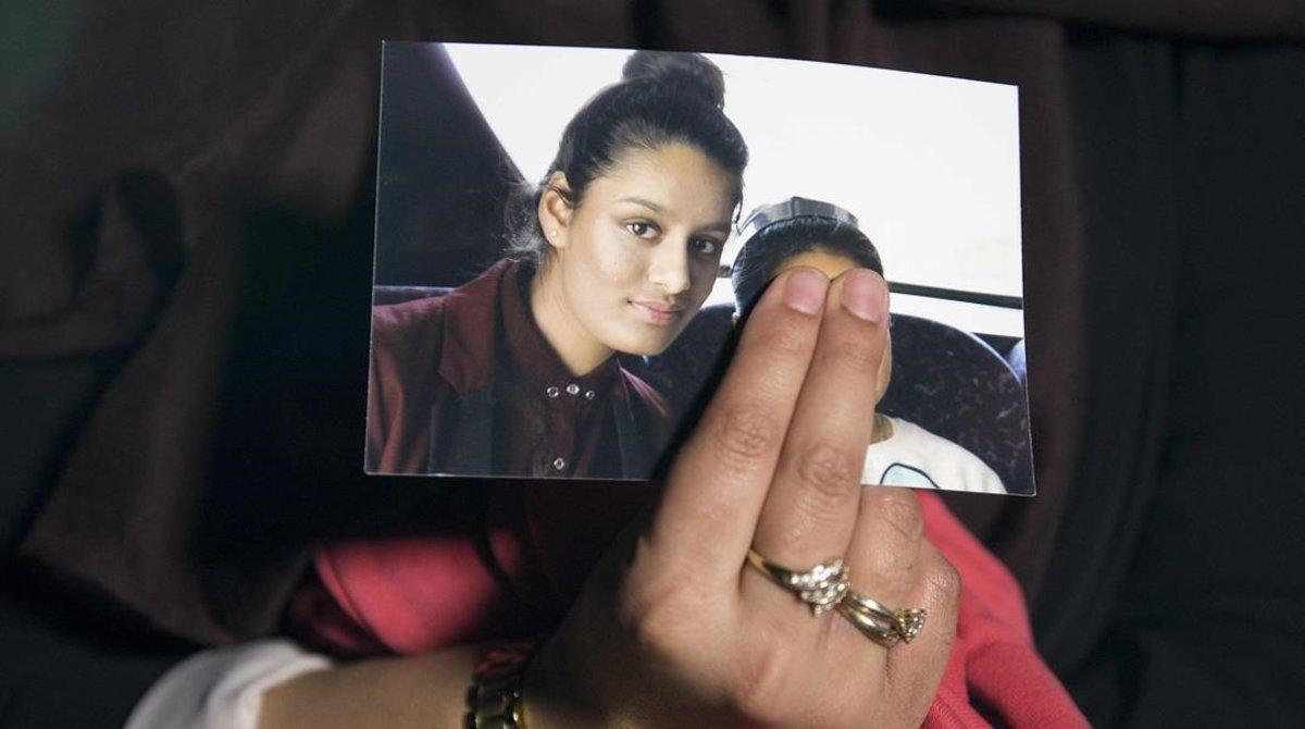 Foto de Shamima Begum, mostrada por su hermana Renu, en una rueda de prensa en el 2015.