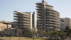 Los dos bloques inacabados que serán expropiados por el Ayuntamiento de Sant Joan Despí.