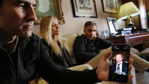 Toni, que muestra una foto de Lamacchia, junto a Patricia y Álex.