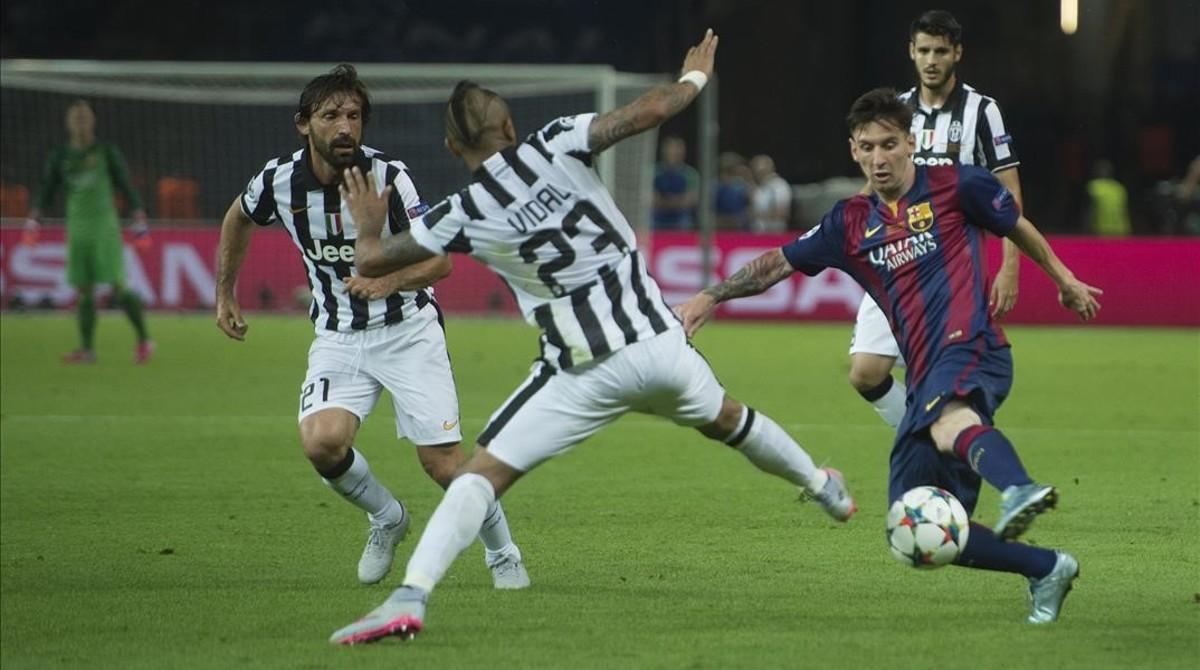Messi intenta avanzar ante Vidal en la final de la Champions de Berlín en el 2015. Junto a ellos, Pirlo, y detrás, Morata. Ninguno de los tres sigue en la Juve.