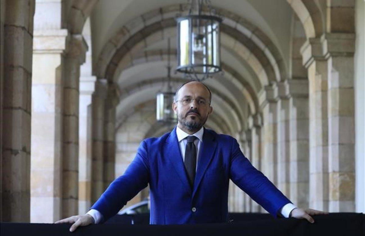 El dirigente popular, Alejandro Fernández, a las puertas del Parlament, el pasado jueves, antes del inicio del pleno.