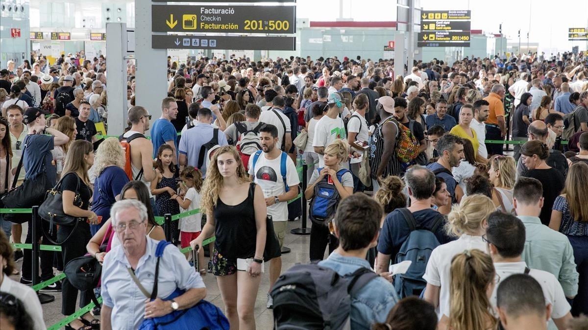 Colas frente al control de seguridad del aeropuerto de El Prat.