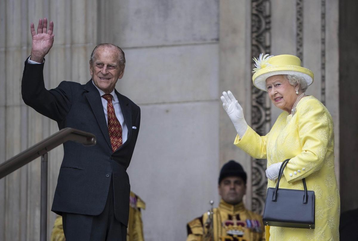 El príncipe Felipe y la reina Isabel II de Inglaterra a su llegada a la catedral de San Pablo.