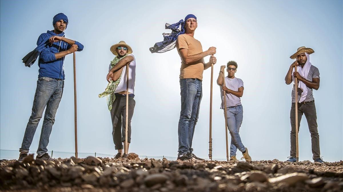 Gerada, en el centro, con sus colaboradores, en el desierto de Ouerzazate.