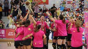 El Palau, campeón de Europa femenino de hockey sobre patines. En las imágenes, las jugadoras celebran la victoria.