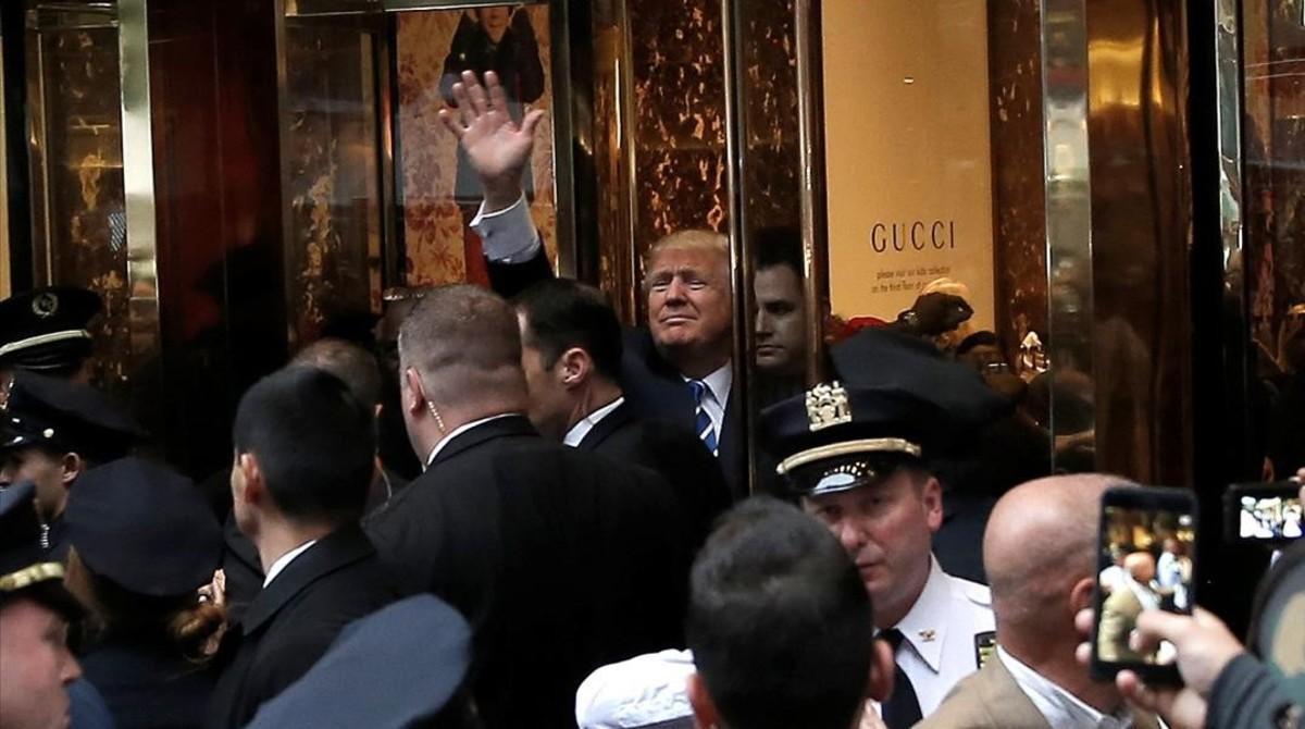 Trump saluda a sus seguidores desde la Trump Tower.