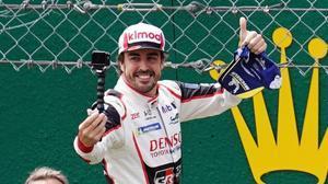 Fernando Alonso se autofografía tars ganar, ayer, las 24 Horas de Le Mans.