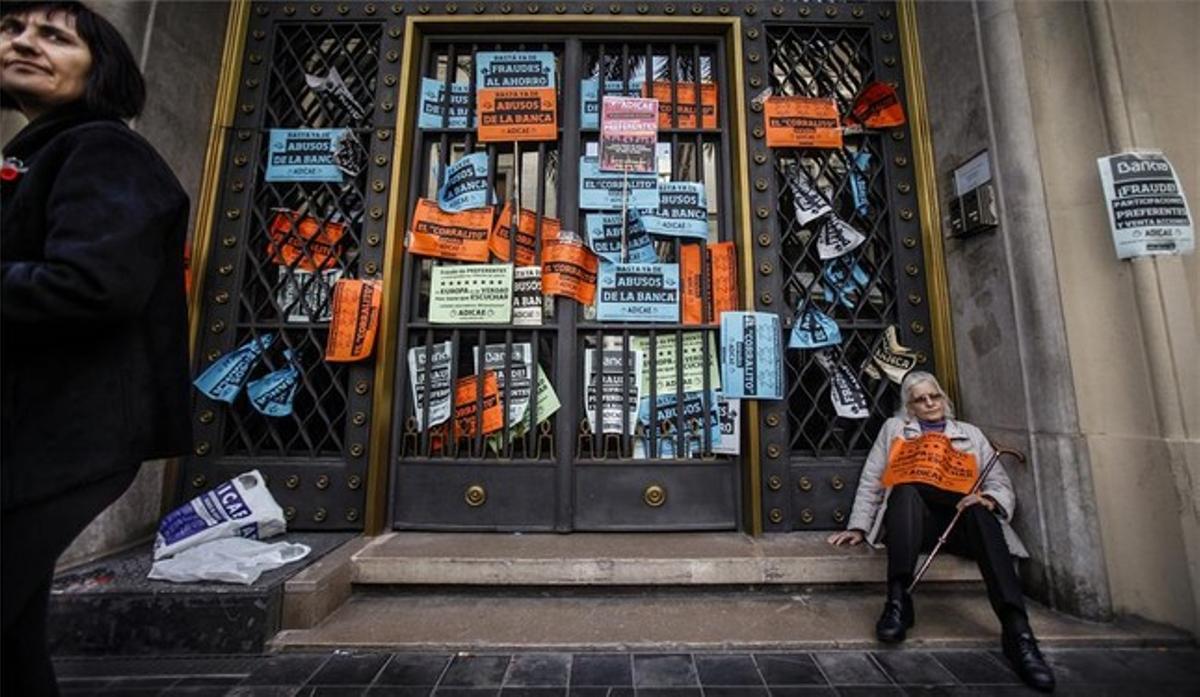 Protesta de afectados por las preferentes ante la sede del Banco de España en Valencia.
