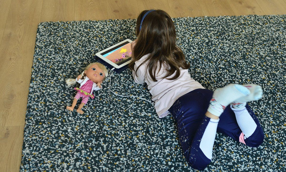 Una niña se distrae en casa con una tableta, en València, el pasado 13 de abril.
