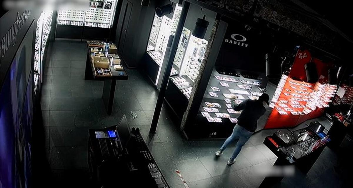 Detenido un hombre acusado de ocho robatorios en comercios de Ciutat Vella, Barcelona.