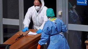 Un operario funerario se llevaba este jueves a un fallecido del Mortuorio del Hospital Severo Ochoa de Leganés.