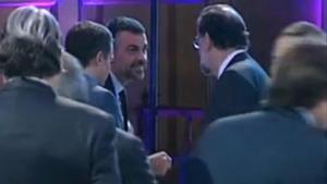 El 'exconseller'Santi Vila saluda al presidente del Gobierno, Mariano Rajoy, durante unaentrega de premios de la patronal catalana Foment del Treball.