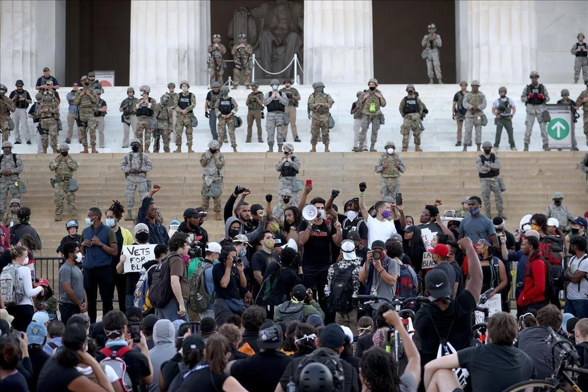 La Guardia Nacional hace una barrera ante el monumento de Abraham Lincoln durante una de las protestas en Washington.