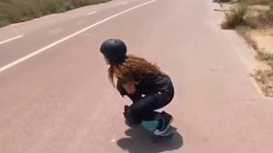 Shakira montando en monopatín.