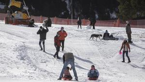 Afluencia de visitantes disfrutando de la nieve el día previo a las aperturas de las estaciones de esquí.