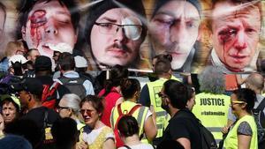 Los chalecos amarillos muestran imágenes de manifestantes heridas por la violencia policial durante las protestas de los últimos meses.